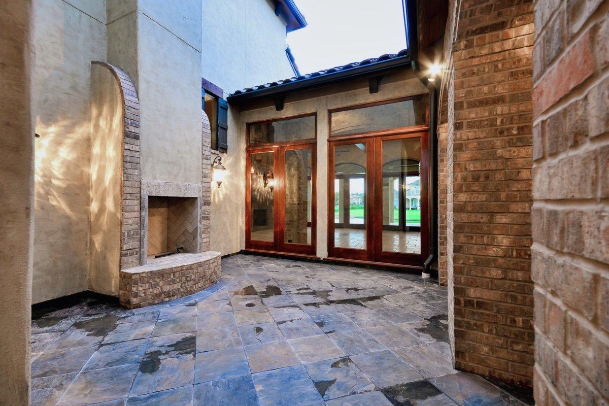 10N-5610CV-Courtyard